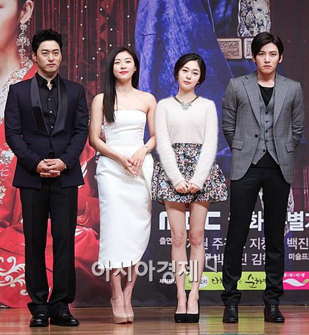 Khi chị đại xứ Hàn khiến tài tử cực phẩm không dám tới gần: Kim Soo Hyun e dè tận 2 mỹ nhân, Ha Ji Won như bị phân biệt đối xử - Ảnh 21.
