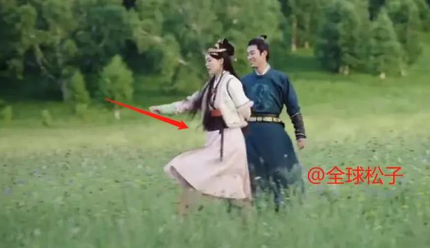 """Đường Yên lộ rõ bụng bầu ở Yến Vân Đài, netizen điên tiết: """"Ekip ghi hình bất chấp sức khỏe diễn viên ư?"""" - Ảnh 3."""