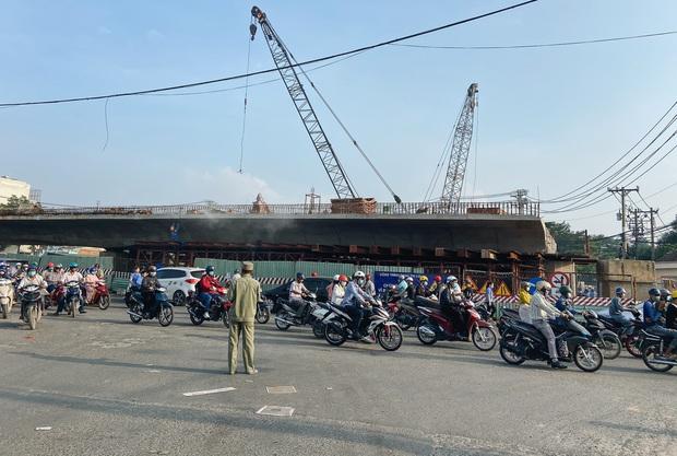 Những cây cầu hàng trăm tỷ xây mãi chưa xong, có dự án làm được một nửa rồi bỏ mặc gần 20 năm ở Sài Gòn - Ảnh 7.