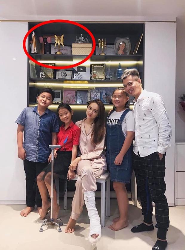 Được Hương Giang tặng album của BLACKPINK, Hari Won phấn khích cười tít cả mắt trong tập cuối Chị Em Chúng Mình - Ảnh 7.