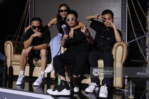 Độc quyền hậu trường Rap Việt: Suboi kề vai bá cổ với bộ 3 nghiêm túc Touliver - Rhymastic - JustaTee - Ảnh 1.