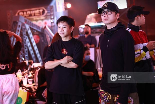 Độc quyền hậu trường Rap Việt: Suboi kề vai bá cổ với bộ 3 nghiêm túc Touliver - Rhymastic - JustaTee - Ảnh 2.