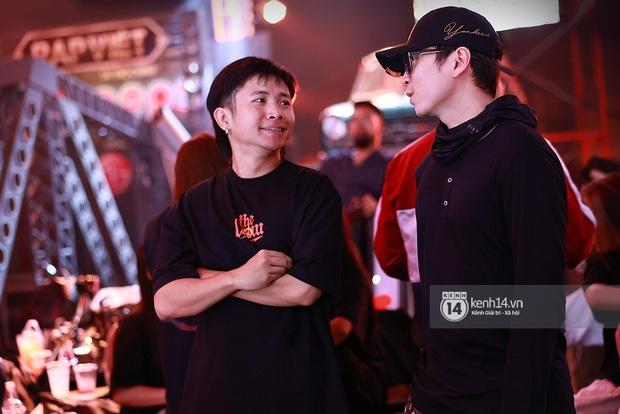 Độc quyền hậu trường Rap Việt: Suboi kề vai bá cổ với bộ 3 nghiêm túc Touliver - Rhymastic - JustaTee - Ảnh 3.