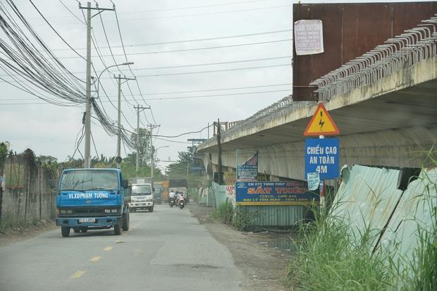 Những cây cầu hàng trăm tỷ xây mãi chưa xong, có dự án làm được một nửa rồi bỏ mặc gần 20 năm ở Sài Gòn - Ảnh 1.