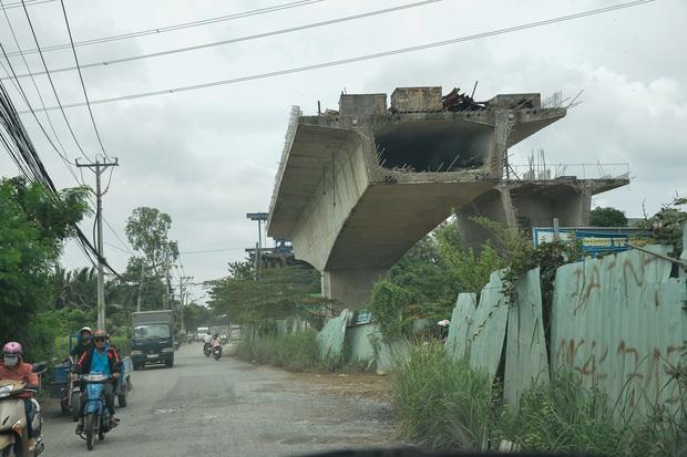 Những cây cầu hàng trăm tỷ xây mãi chưa xong, có dự án làm được một nửa rồi bỏ mặc gần 20 năm ở Sài Gòn - Ảnh 2.