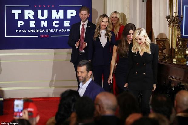 Các con ông Trump nở nụ cười rạng rỡ tham gia tiệc theo dõi kết quả bầu cử, nữ thần Nhà Trắng Ivanka nổi bật với vẻ đẹp hoàn hảo - Ảnh 1.