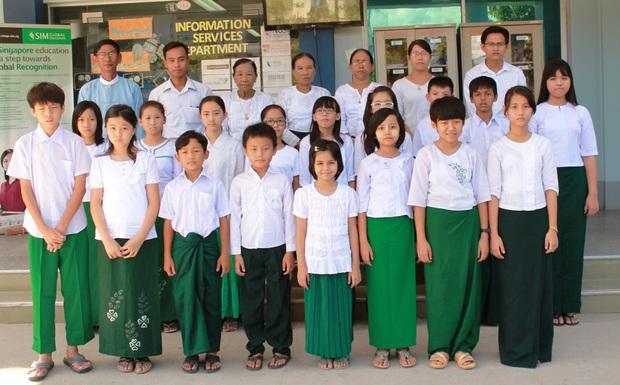 Nam sinh ở các nước mặc gì đi học: Nơi quy định mặc quốc phục khi mới vào lớp 1, nơi yêu cầu diện váy đến trường - Ảnh 1.