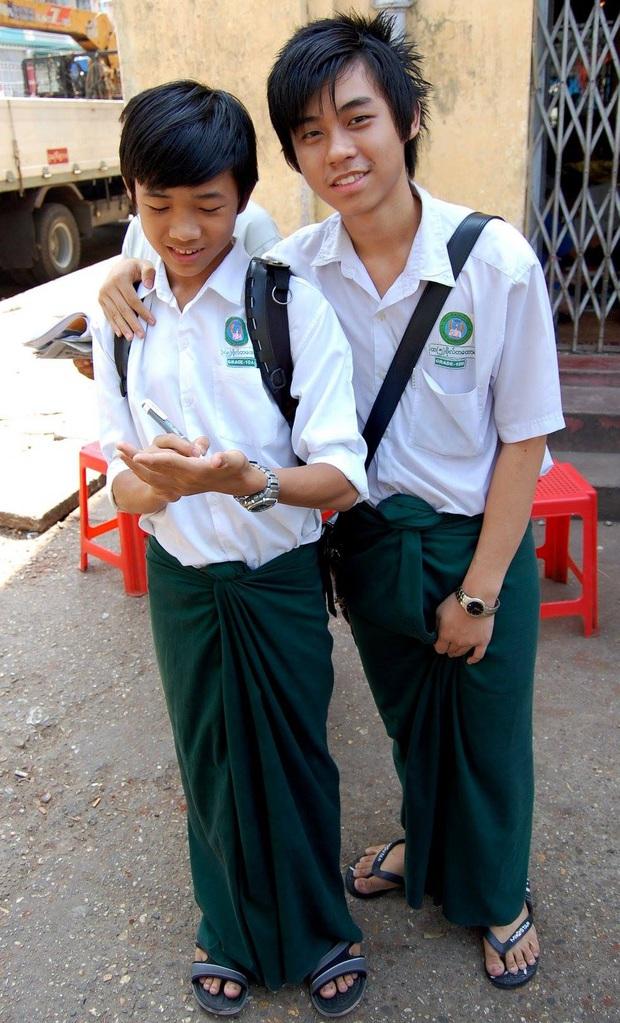 Nam sinh ở các nước mặc gì đi học: Nơi quy định mặc quốc phục khi mới vào lớp 1, nơi yêu cầu diện váy đến trường - Ảnh 2.