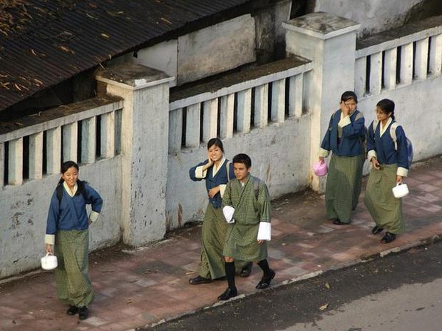 Nam sinh ở các nước mặc gì đi học: Nơi quy định mặc quốc phục khi mới vào lớp 1, nơi yêu cầu diện váy đến trường - Ảnh 3.