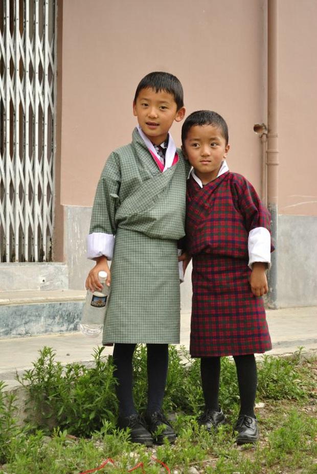 Nam sinh ở các nước mặc gì đi học: Nơi quy định mặc quốc phục khi mới vào lớp 1, nơi yêu cầu diện váy đến trường - Ảnh 4.