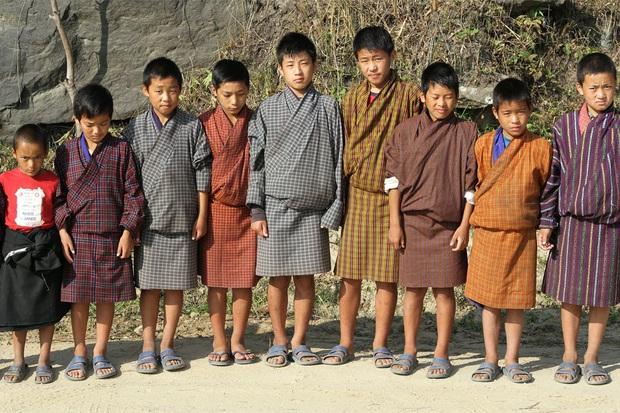 Nam sinh ở các nước mặc gì đi học: Nơi quy định mặc quốc phục khi mới vào lớp 1, nơi yêu cầu diện váy đến trường - Ảnh 5.