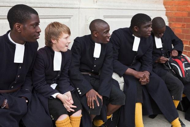 Nam sinh ở các nước mặc gì đi học: Nơi quy định mặc quốc phục khi mới vào lớp 1, nơi yêu cầu diện váy đến trường - Ảnh 9.