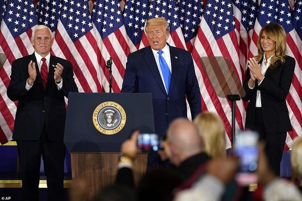 Các con ông Trump nở nụ cười rạng rỡ tham gia tiệc theo dõi kết quả bầu cử, nữ thần Nhà Trắng Ivanka nổi bật với vẻ đẹp hoàn hảo - Ảnh 3.
