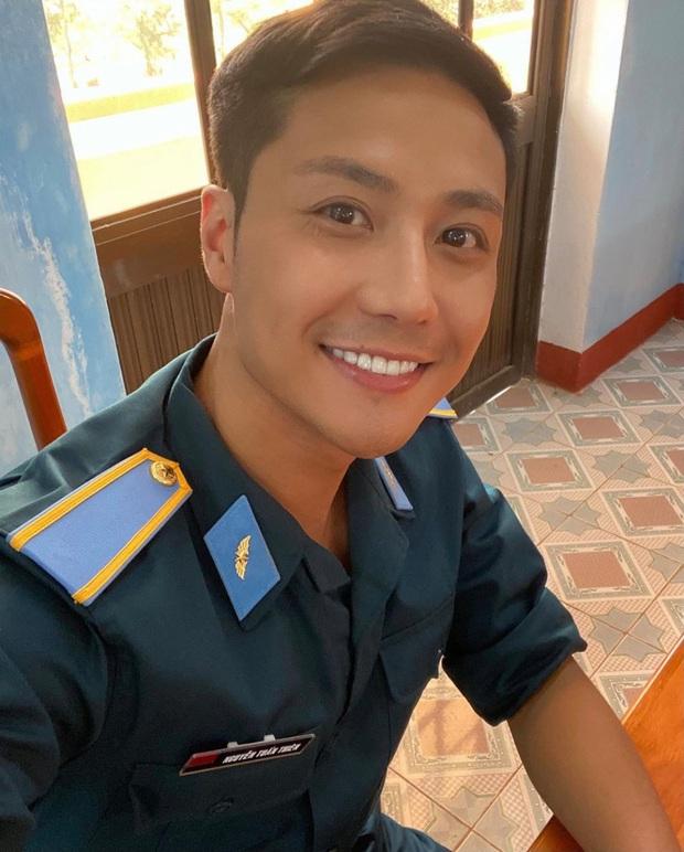 Hào hứng khoe ảnh phim mới, Thanh Sơn bị bóc ăn mặc sai tác phong người lính - Ảnh 2.