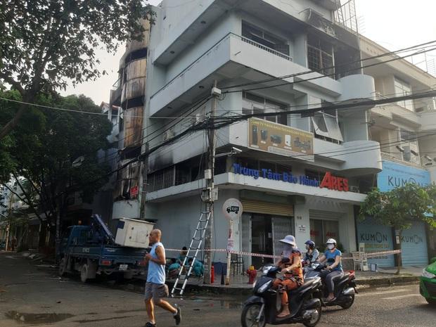 Căn nhà 4 tầng ở Sài Gòn cháy dữ dội, 6 người trong đó có trẻ em bị mắc kẹt - Ảnh 1.