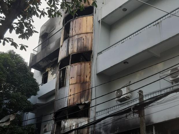 Căn nhà 4 tầng ở Sài Gòn cháy dữ dội, 6 người trong đó có trẻ em bị mắc kẹt - Ảnh 2.