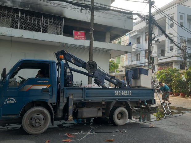 Căn nhà 4 tầng ở Sài Gòn cháy dữ dội, 6 người trong đó có trẻ em bị mắc kẹt - Ảnh 3.