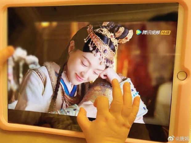 Đường Yên khoe ảnh con gái xem Yến Vân Đài ủng hộ mẹ, netizen lắc đầu: Xịt đến mức lôi cả con vào cuộc? - Ảnh 1.