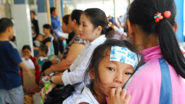 """Hà Nội những ngày thời tiết """"4 mùa"""": Trẻ em ốm sốt, nghỉ học hàng loạt khiến phụ huynh đau đầu - Ảnh 3."""