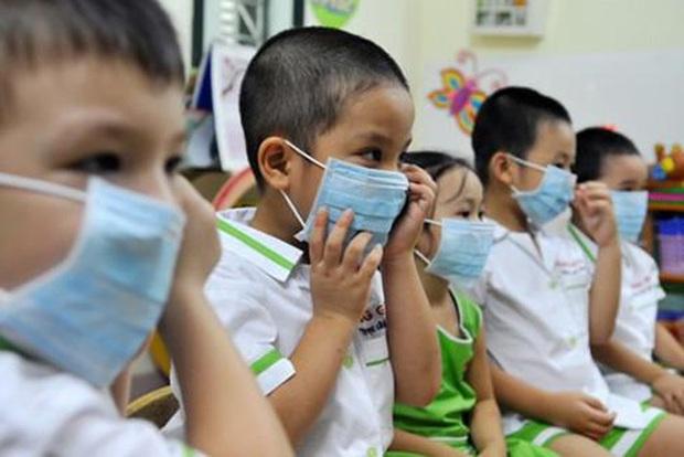 """Hà Nội những ngày thời tiết """"4 mùa"""": Trẻ em ốm sốt, nghỉ học hàng loạt khiến phụ huynh đau đầu - Ảnh 1."""