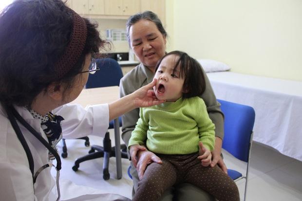 """Hà Nội những ngày thời tiết """"4 mùa"""": Trẻ em ốm sốt, nghỉ học hàng loạt khiến phụ huynh đau đầu - Ảnh 2."""