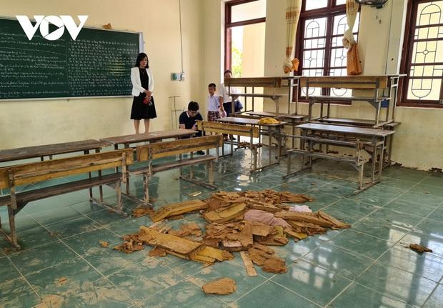 Thầy trò miền Trung ứa nước mắt nhìn trường lớp tan hoang sau lũ - Ảnh 3.