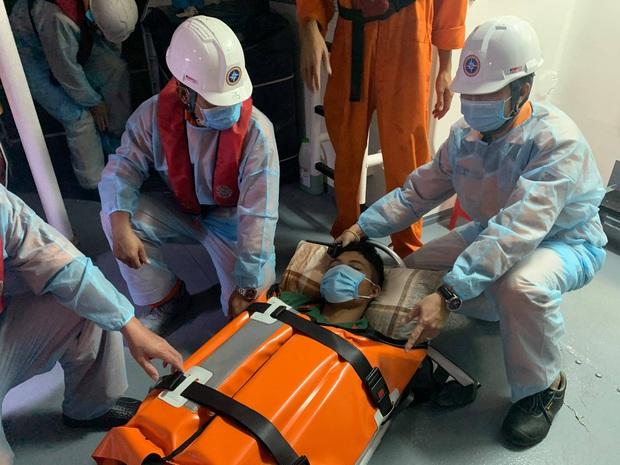 Cấp cứu khẩn cấp người dân lâm trọng bệnh bị cô lập trên đảo Cù Lao Chàm do ảnh hưởng bão số 10 - Ảnh 1.