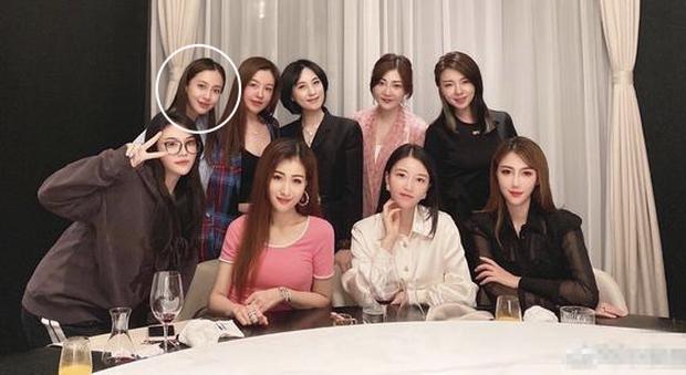 Cnet hoa mắt với ảnh chụp nhóm bạn Angela Baby: Ai cũng như copy - paste, khó lòng tìm thấy bà xã Huỳnh Hiểu Minh - Ảnh 5.