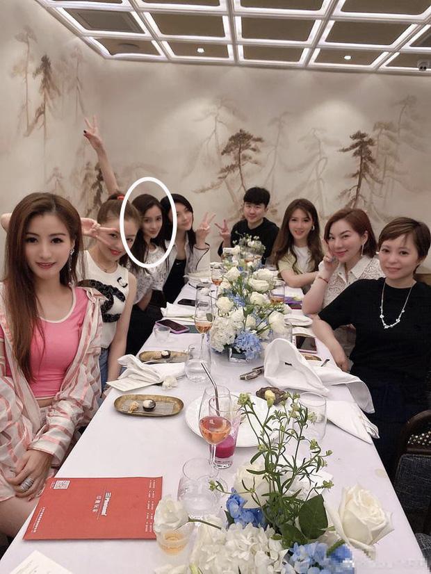 Cnet hoa mắt với ảnh chụp nhóm bạn Angela Baby: Ai cũng như copy - paste, khó lòng tìm thấy bà xã Huỳnh Hiểu Minh - Ảnh 6.