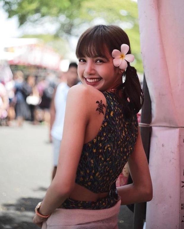 Vừa nhá hàng sương sương, Lisa đã trở thành mỹ nhân hot nhất Weibo với xương cánh bướm hoàn mỹ - Ảnh 4.