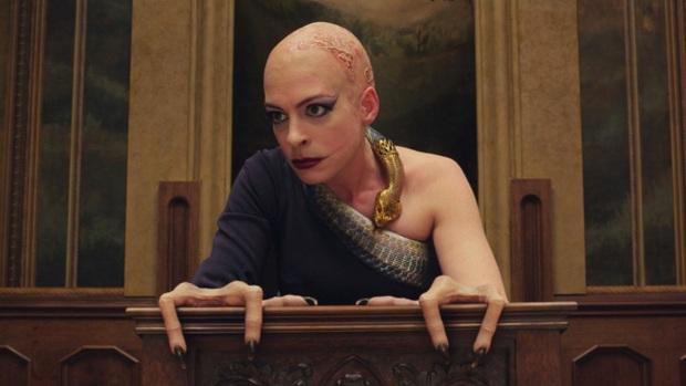 Tạo hình phù thủy cụt tay của Anne Hathaway bị tố xúc phạm người tàn tật, NSX xin lỗi còn fan thì tranh cãi kịch liệt - Ảnh 1.