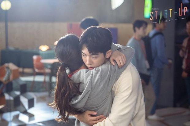 Suzy thành nữ phụ đam mỹ, gượng cười nhìn Nam Joo Hyuk - Kim Seon Ho tíu tít bên nhau ở hậu trường Start Up - Ảnh 7.