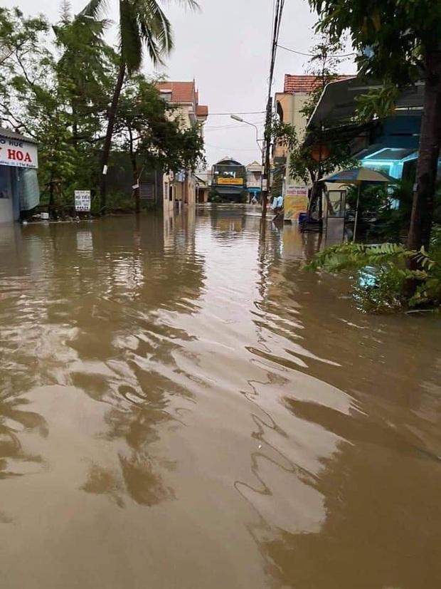 Nhiều tuyến phố ở Quảng Ngãi, Vũng Tàu ngập sâu, xe chết máy la liệt sau mưa lớn do ảnh hưởng bão số 10 - Ảnh 10.