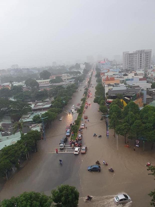 Nhiều tuyến phố ở Quảng Ngãi, Vũng Tàu ngập sâu, xe chết máy la liệt sau mưa lớn do ảnh hưởng bão số 10 - Ảnh 2.