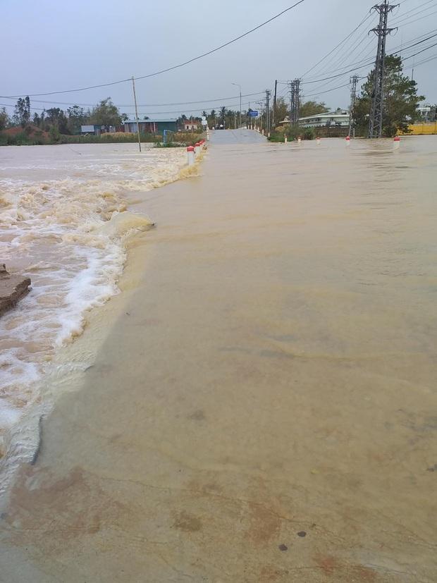 Mưa lớn kéo dài do ảnh hưởng bão số 10, nhiều khu vực ở Bình Định bị cô lập do ngập lụt và sạt lở đất - Ảnh 7.