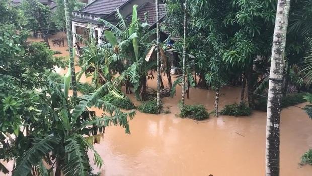 Mưa lớn kéo dài do ảnh hưởng bão số 10, nhiều khu vực ở Bình Định bị cô lập do ngập lụt và sạt lở đất - Ảnh 2.