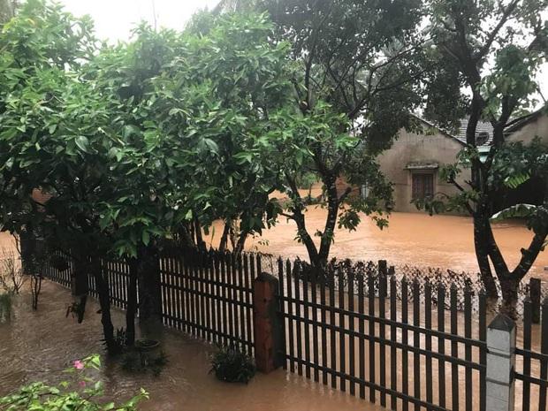 Mưa lớn kéo dài do ảnh hưởng bão số 10, nhiều khu vực ở Bình Định bị cô lập do ngập lụt và sạt lở đất - Ảnh 6.