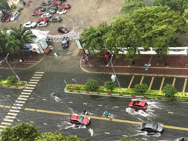 Nhiều tuyến phố ở Quảng Ngãi, Vũng Tàu ngập sâu, xe chết máy la liệt sau mưa lớn do ảnh hưởng bão số 10 - Ảnh 3.