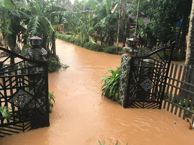 Mưa lớn kéo dài do ảnh hưởng bão số 10, nhiều khu vực ở Bình Định bị cô lập do ngập lụt và sạt lở đất - Ảnh 5.
