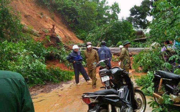 Mưa lớn kéo dài do ảnh hưởng bão số 10, nhiều khu vực ở Bình Định bị cô lập do ngập lụt và sạt lở đất - Ảnh 9.