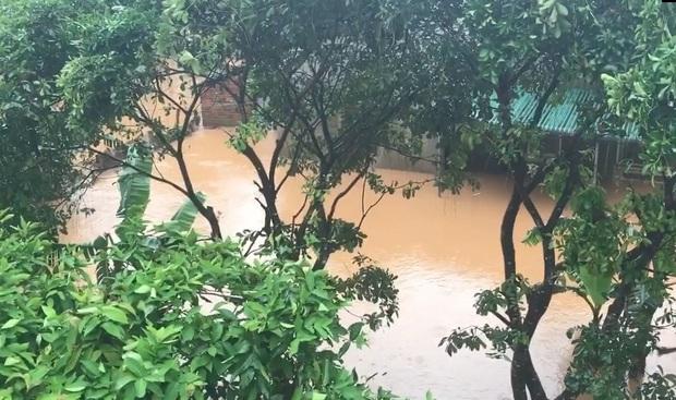 Mưa lớn kéo dài do ảnh hưởng bão số 10, nhiều khu vực ở Bình Định bị cô lập do ngập lụt và sạt lở đất - Ảnh 1.