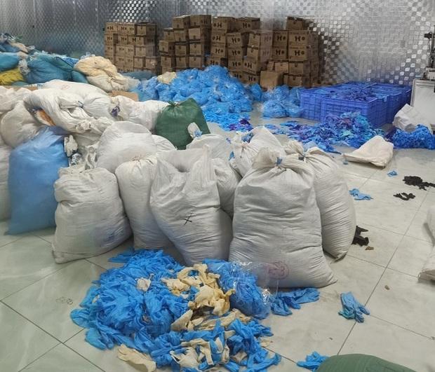 Phát hiện kho hàng gần chục tấn găng tay y tế đã qua sử dụng tại Bắc Ninh - Ảnh 1.