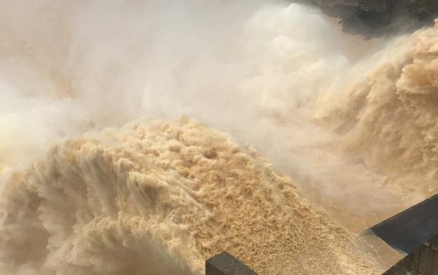 Mưa lớn, Nam Trà My bị chia cắt, thủy điện Sông Tranh 2 và Đak Mi 4 xả lũ - Ảnh 3.