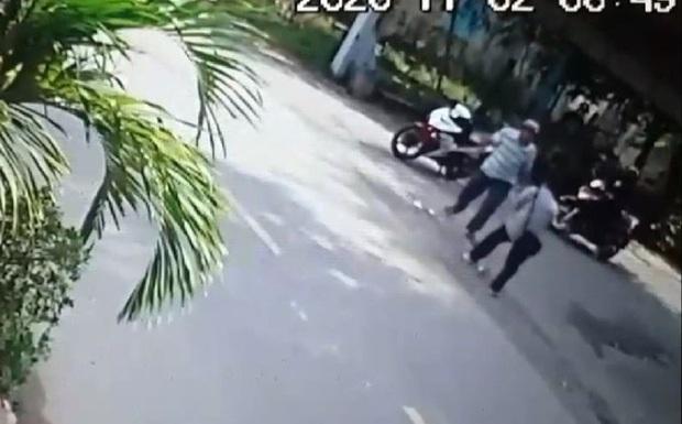 Clip: Người bán vé số bị người đàn ông đánh vào ngực, ngã khuỵu xuống vỉa hè ở Sài Gòn vì mời mua 2 lần? - Ảnh 1.