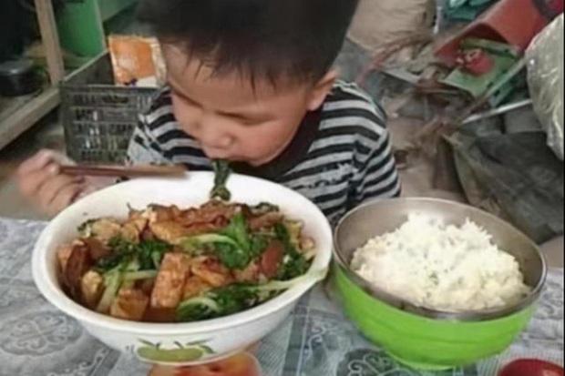 Thấy con than đói sau khi đi học về, bà mẹ tức giận đến chất vấn cô giáo mới phát hiện ra sự thật khiến ai cũng ngỡ ngàng - Ảnh 4.