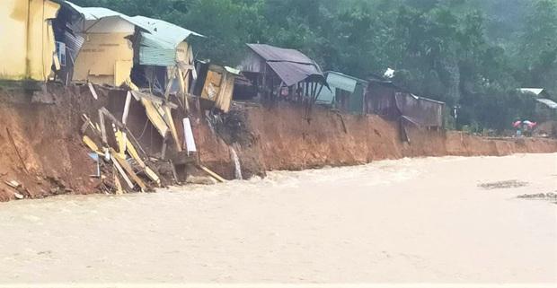 Lại xảy ra lũ quét, sạt lở vùi lấp 14 nhà dân và 1 ngôi trường ở Quảng Nam - Ảnh 1.