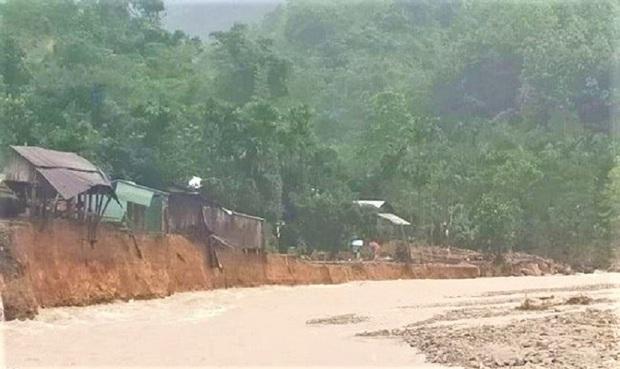 Lại xảy ra lũ quét, sạt lở vùi lấp 14 nhà dân và 1 ngôi trường ở Quảng Nam - Ảnh 2.