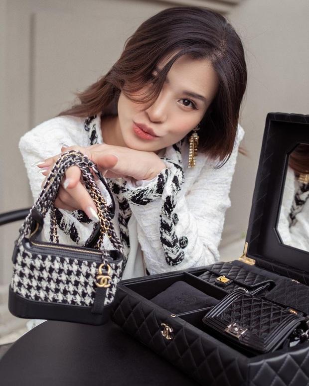 Đông Nhi chi 700 triệu sắm bộ túi Chanel tí hon, quyết không thua kém Ngọc Trinh, Cường Đô La - Ảnh 1.