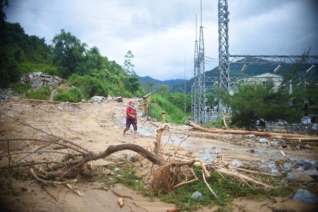 Chùm ảnh: Lũ ống kéo theo hàng chục ngàn tấn đất đá phá hủy đường sá, chia cắt 560 hộ dân tại Bình Định - Ảnh 2.