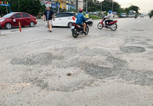 Gần 2,5km đường ở Sài Gòn giá hơn 800 tỷ nhưng làm 5 năm chưa xong: Người dân than trời vì ổ gà, bụi và nước ngập - Ảnh 3.